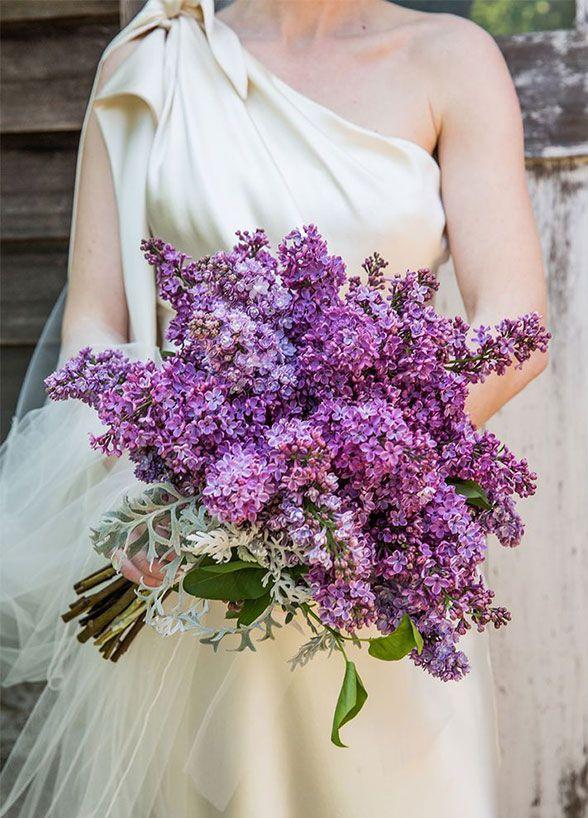 Novia con ramo de lilas